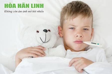Ra nhiều mồ hôi khiến trẻ dễ bị nhiễm lạnh, viêm đường hô hấp